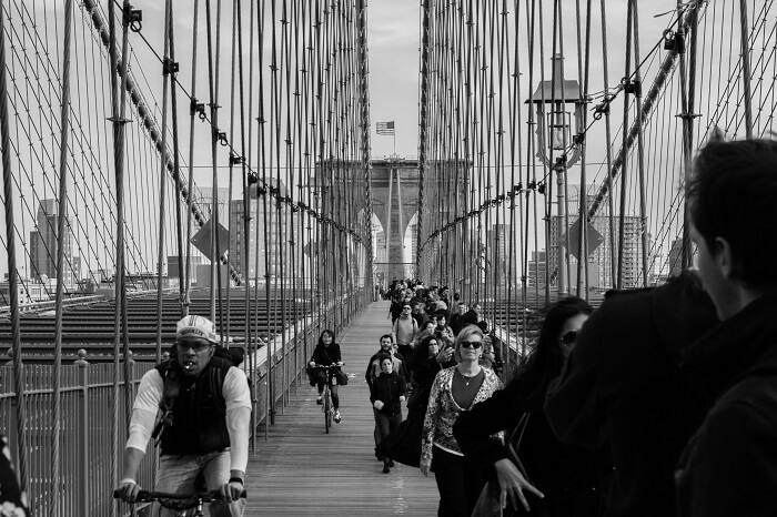 Menschen und Fahrräder auf einer Brücke