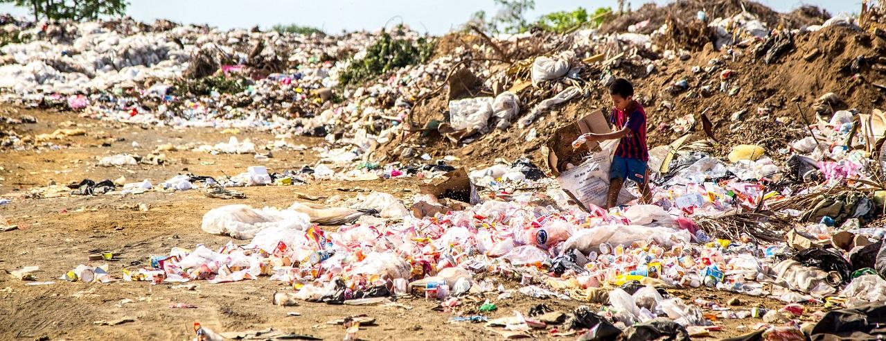 Junge spielt auf Müllkippe