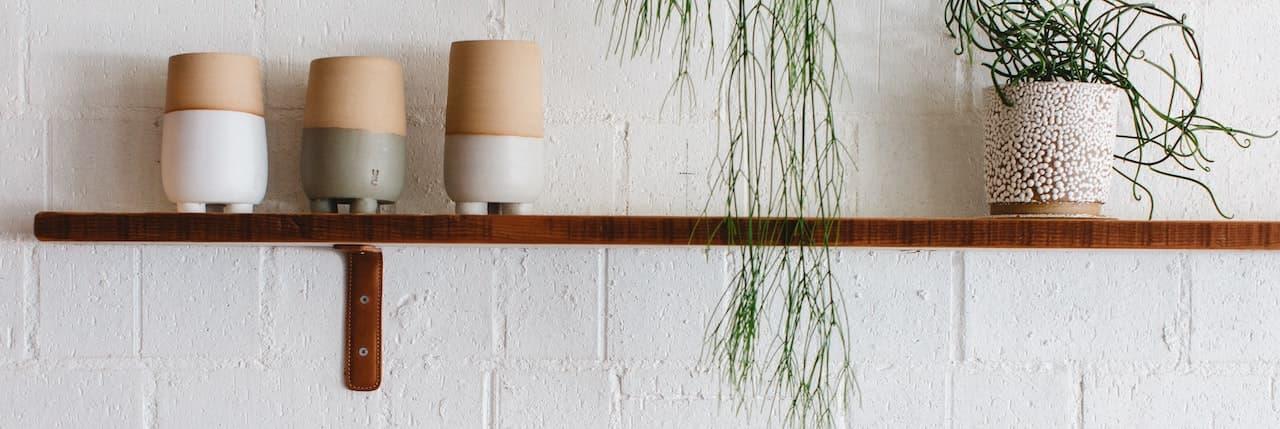 Bambus Wandregal mit Küchenutensilien