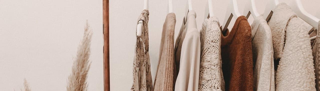 Kleidung auf Garderobe aus bambus